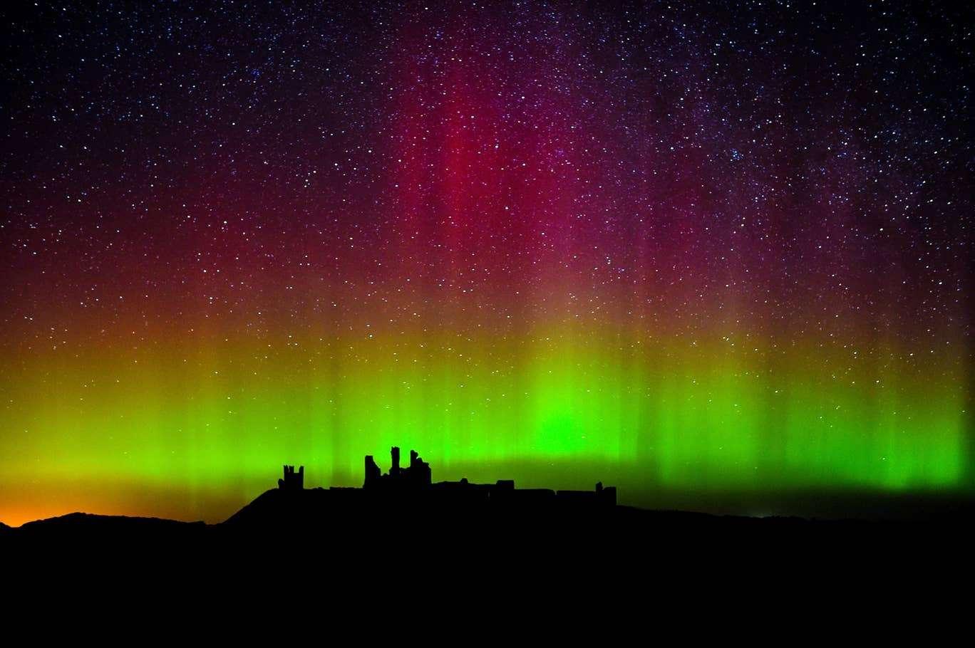 Fotos do fenômeno Aurora Boreal em Whitley Bay, Reino Unido