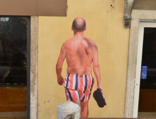 Brasileiro espalha lambe-lambes em Veneza