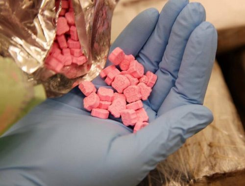 mão segurando balas de ecstasy route 66